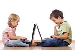 Jonge geitjes met laptops royalty-vrije stock afbeelding