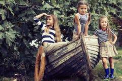 Jonge geitjes met raad Royalty-vrije Stock Foto's