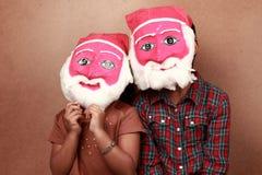 Jonge geitjes met santamaskers Royalty-vrije Stock Foto's