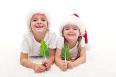 Jonge geitjes met suikergoed in Kerstmistijd Stock Foto