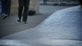 Jonge geitjes met zijn skateboards stock videobeelden