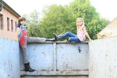 Jonge geitjes op container stock foto's