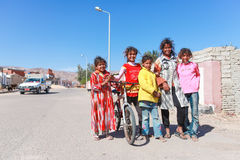 Jonge geitjes op de straat Stock Foto