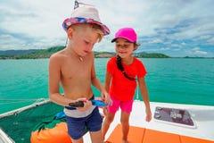 Jonge geitjes op een catamaranreis Royalty-vrije Stock Afbeeldingen
