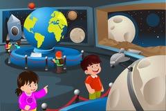 Jonge geitjes op een schoolreis aan een planetarium Royalty-vrije Stock Foto