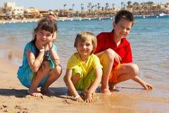Jonge geitjes op het strand royalty-vrije stock afbeelding