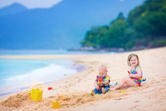 Jonge geitjes op het strand Stock Afbeeldingen