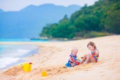 Jonge geitjes op het strand Royalty-vrije Stock Foto