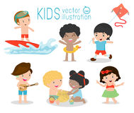 Jonge geitjes op het strand, kinderen die op het strand, de activiteiten van de kinderen` s zomer, Vectorillustratie spelen Stock Foto