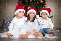 Jonge geitjes op Kerstmis Stock Afbeeldingen