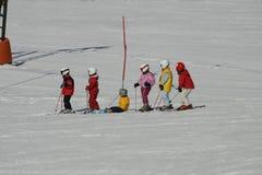 Jonge geitjes op skilooppas Stock Foto's