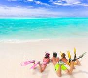 Jonge geitjes op strand met duikvluchttoestel Stock Afbeelding