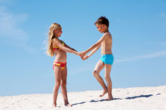 Jonge geitjes op zand royalty-vrije stock foto