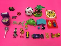 Jonge geitjes retro speelgoed en snoepjes royalty-vrije stock afbeelding