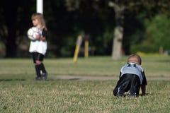 Jonge geitjes soccer1 stock foto