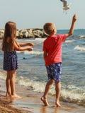 Jonge geitjes spelen openlucht op strand royalty-vrije stock afbeelding