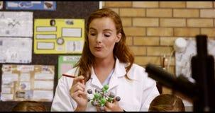 Jonge geitjes van de leraars de bijwonende school met moleculemodel in laboratorium stock footage