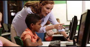Jonge geitjes van de leraars de bijwonende school op personal computer in klaslokaal