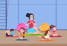 Jonge geitjes in Yogaklasse Beeldverhaalkinderen met instructeur die yogaoefeningen in gymnastiekbinnenland doen Gezonde levensst royalty-vrije illustratie