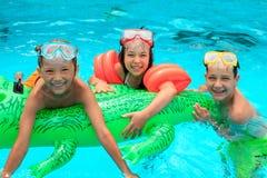Jonge geitjes in zwembad Royalty-vrije Stock Foto
