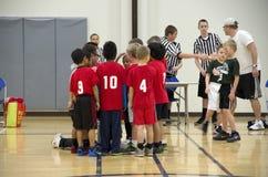 Jonge geitjesbasketbal het trainen Stock Fotografie