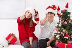 Jonge geitjesduimen omhoog op Kerstmis Royalty-vrije Stock Foto's