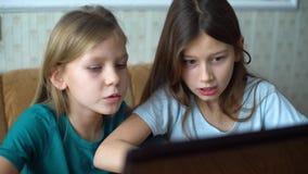 Jonge geitjesemoties tijdens speelcomputerspelen stock video