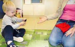 Jonge geitjesgroep die kunsten en ambachten in kleuterschool maken Kinderen die tijd in opvangcentrum doorbrengen met de duidelij royalty-vrije stock foto