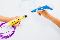 Jonge geitjeshanden die 3d pennen met gloeidraden op witte achtergrond houden Hoogste mening Stock Afbeelding