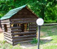 Jonge geitjeshuis in de tuin stock foto