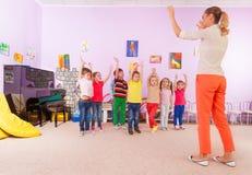 Jonge geitjesjongens en meisjes in de klasse van de kleuterschoolsport Royalty-vrije Stock Fotografie