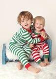 Jonge geitjeskinderen in Kerstmisuitrustingen Royalty-vrije Stock Fotografie