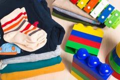 Jonge geitjeskleren en speelgoed Royalty-vrije Stock Fotografie