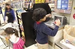 Jonge geitjeskruidenierswinkel het winkelen Stock Foto