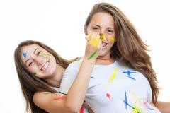 Jonge geitjesmeisjes met verf stock afbeeldingen