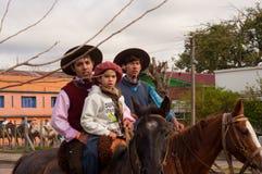 Jonge geitjesruiters op paarden in hoeden royalty-vrije stock fotografie