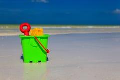 Jonge geitjesspeelgoed op het strand van het de zomerzand Stock Foto