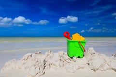 Jonge geitjesspeelgoed op het strand van het de zomerzand Royalty-vrije Stock Fotografie