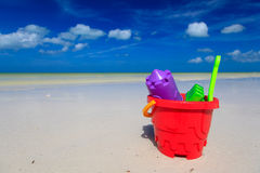 Jonge geitjesspeelgoed op het strand van het de zomerzand Stock Foto's