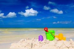 Jonge geitjesspeelgoed op het strand van het de zomerzand Royalty-vrije Stock Foto