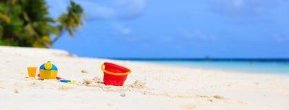 Jonge geitjesspeelgoed op strand van het de zomer het witte zand Stock Afbeelding
