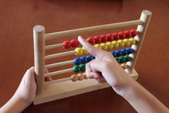 Jonge geitjesspeelgoed, stuk speelgoed telraam, houten speelgoed, raadsspelen, Stock Fotografie
