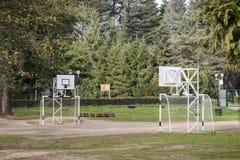 Jonge geitjesspeelplaats in een netto school, handbal en netto mand, surr stock foto's