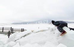 Jonge geitjesspel op de sneeuw Royalty-vrije Stock Fotografie