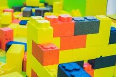 Jonge geitjesstuk speelgoed huis van kleurrijke blokken wordt gemaakt dat Royalty-vrije Stock Foto