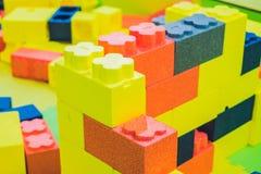Jonge geitjesstuk speelgoed huis van kleurrijke blokken wordt gemaakt dat Stock Foto