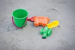 Jonge geitjesstuk speelgoed op het zandige strand royalty-vrije stock fotografie