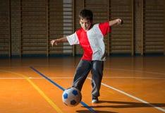 Jonge geitjesvoetbal stock foto