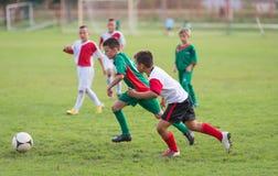 Jonge geitjesvoetbalwedstrijd royalty-vrije stock foto's