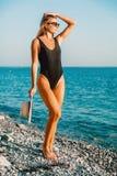 Jonge gelooide vrouw in zwempak op tropisch strand, de stijl van de toevluchtmanier Mooi meisje Stock Fotografie